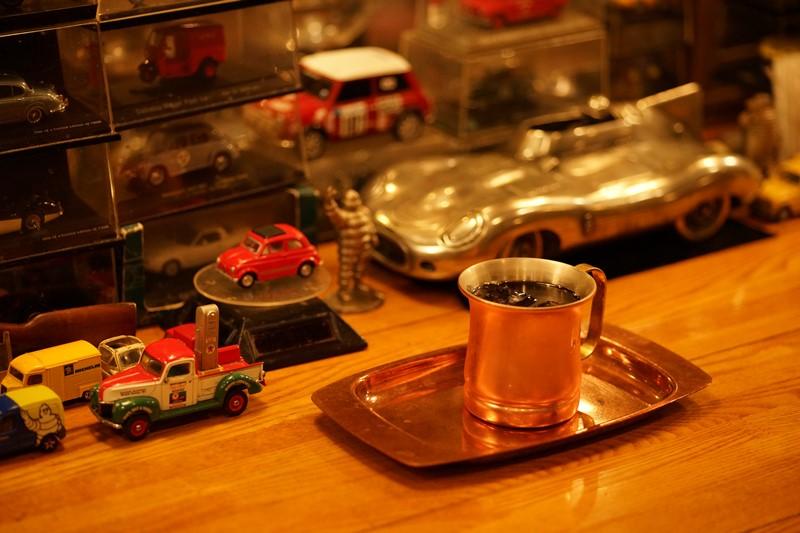 楕円テーブルの奥にも自動車コレクションアイテム